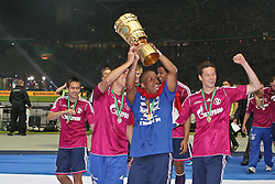 21.05.2011, Olympia Stadion, Berlin, GER, DFB Pokal Finale 2011,  MSV Duisburg vs Schalke 04, im Bild Schalke 04 feiert nach dem Spiel den Sieg  // during the DFB Cup final 2011 MSV Duisburg vs. Schalke 04 at the Olympic Stadium, Berlin, 21/05/2011 EXPA Pictures © 2011, PhotoCredit: EXPA/ nph/  Hammes       ****** out of GER / SWE / CRO  / BEL ******