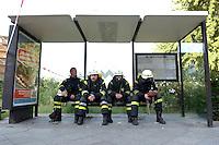 10 AUG 2004, BERLIN/GERMANY:<br /> Eine Gruppe Feuerwehrleute wartet bei einem Feuerwehreinsatz nach dem Brand eines S-Bahn Waggons in einem Wartehaeuschen einer Bushaltestelle auf ihren Einsatz, Anhalter Bahnhof<br /> IMAGE: 20040810-01-003<br /> KEYWORDS: Sparmassnahmen, Öffentlicher Dienst