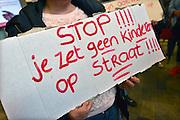 Nederland, Nijmegen, 20-6-2016In hetr gemeentehuis protesteren sympathisanten tegen de uitzetting van een huurder uit een huurhuis vanwege criminele activiteiten .FOTO: FLIP FRANSSEN