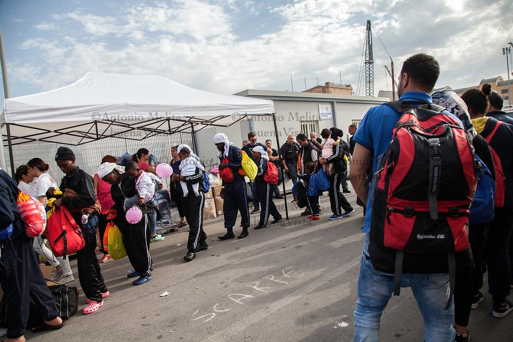E' approdata al porto di Palermo la nave Vos Prudence con a bordo 877 migranti. Tra loro ci sono 94 donne, 53 minori e anche due neonati. I migranti provengono soprattutto da Nigeria, Siria, Sudan, Bangladesh, Marocco, Costa d'Avorio e Ghana.