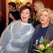 NLD/Amsterdam/20060209 - Bekende Nederlanders schilderen voor de Stichting Lezen en Schrijven, Renate Dorrestein en Gerti Bierenbroodspot