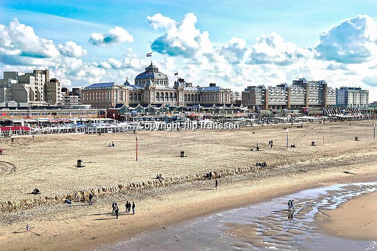 Nederland, Scheveningen, 18-9-2017Badplaats aan de Noordzee. In de nazomer wandelen mensen op het strand en de boulevard. De Pier en het Kurhaus zijn belangrijke toeristische attracties. Foto: Flip Franssen