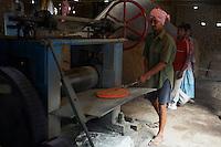 Inde, Bengale-Occidental, village de Matiari specialise dans le travail du bronze et du cuivre // India, West Bengal, Matiari village, brass and bronze factory