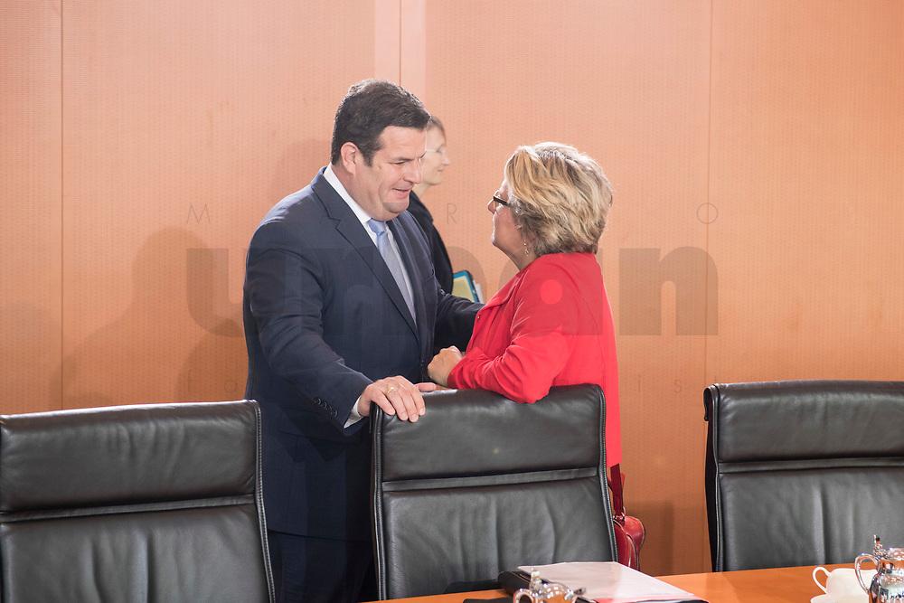 29 AUG 2018, BERLIN/GERMANY:<br /> Hubertus Heil (L), SPD, Bundesarbeitsminister, und Svenja Schulze (R), SPD, Bundesumweltministerin, im Gespraech, vor Beginn der Kabinettsitzung, Bundeskanzleramt<br /> IMAGE: 20180829-01-001<br /> KEYWORDS: Kabinett, Sitzung, Gespräch