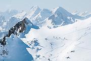 Bild von Vier Tourskifahrer unterwegs zum Stockeflue oben der Oberstockensee in Simmental
