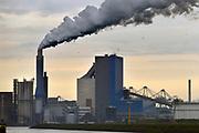 Nederland, Rotterdam, 12-5-2017 Maasvlakte. De elektriciteitscentrale van Engie, voorheen GDF-Suez, gdf, suez, gdfsuez. Kolencentrale, co2 uitstoot, kolen, kolengestookte, the new land. oude en nieuwe energie, windmolen,windmolens,windenergie Foto: Flip Franssen