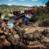 HSSU 20150409 TNLA kapinallisryhmä Shanin osavaltiossa, Myanmar. TNLA:n sotilaat lepäävät kiinalaisessa kylässä. Lähes kaikki viljelijät Pansayn alueella ovat kiinalaisia. Kuva: Benjamin Suomela