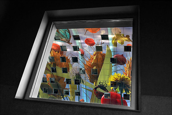 Nederland, the Netherlands, Rotterdam 20-9-2015In de overdekte markthal kun je veel verschillende culinaire producten kopen en eten. De exotische producten en retsaurants vormen een speeltuin voor de liefhebber van lekker eten.Kleurrijk interieur van de Markthal in Rotterdam, de eerste overdekte marktvloer van Nederland. De markthal is tot winnaar uitgeroepen tijdens de Dag van de Projectontwikkeling. Colorful interior of artistic market hall, winner of various international architecture awards 2015. The artwork on the ceiling, 11,000 m2, is by Arno Coenen. The building is designed by Winy Maas. The city Rotterdam was recently named by the New York Times and travel guide Rough Guide to a mustsee destination.  Architect firm MVRDVFOTO: FLIP FRANSSEN/ HH