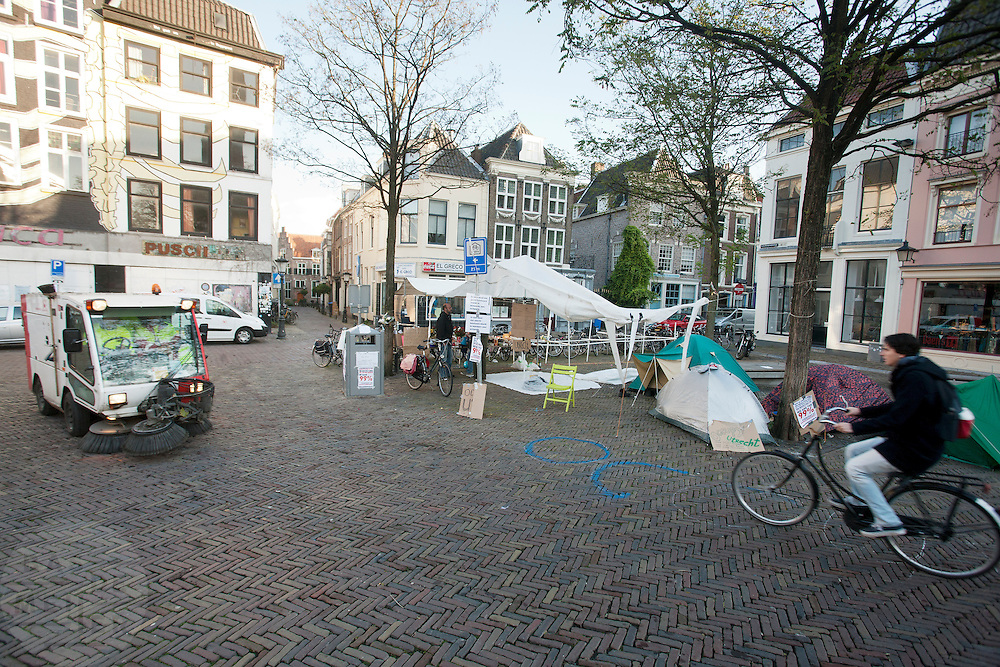 Het plein voor het stadhuis in Utrecht wordt  bezet door de Occupybeweging. Vannacht hebben zo'n acht personen in een tentje geslapen. Zolang de groep niet te groot wordt, mogen ze voorlopig blijven staan.<br /> <br /> Participants of the Occupy movement have occupied the square in front of the town hall in Utrecht.