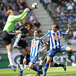 24.04.2010, Olympiastadion Berlin, GER, 1.FBL, Hertha BSC Berlin vs FC Schalke 04 im Bild Theofanis Gekas (Hertha BSC Berlin #17) und Manuel Neuer (Schalke 04 #1)   EXPA Pictures © 2010, PhotoCredit: EXPA/ nph/  Hammes / SPORTIDA PHOTO AGENCY
