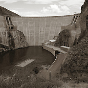 A view of Roosevelt Dam and the surrounding structures