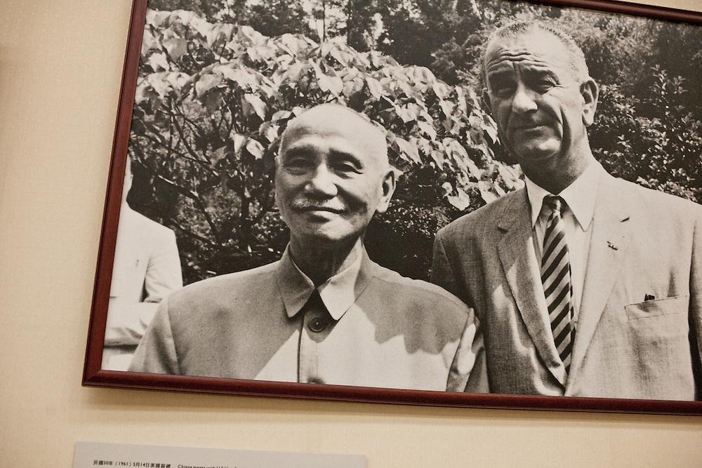 Chang Kai Shek (1887-1975) et Lyndon Johnson président des Etats-Unis pendant sa visite à Taiwan le 14 mai 1961 dont les discussions aboutirent à un communiqué rassurant les Taïwanais sur la non reconnaissance de la chine populaire et consacrera « l'objectif commun de la République de Chine et des États-Unis de sauvegarder l'intégrité de l'Asie libre »