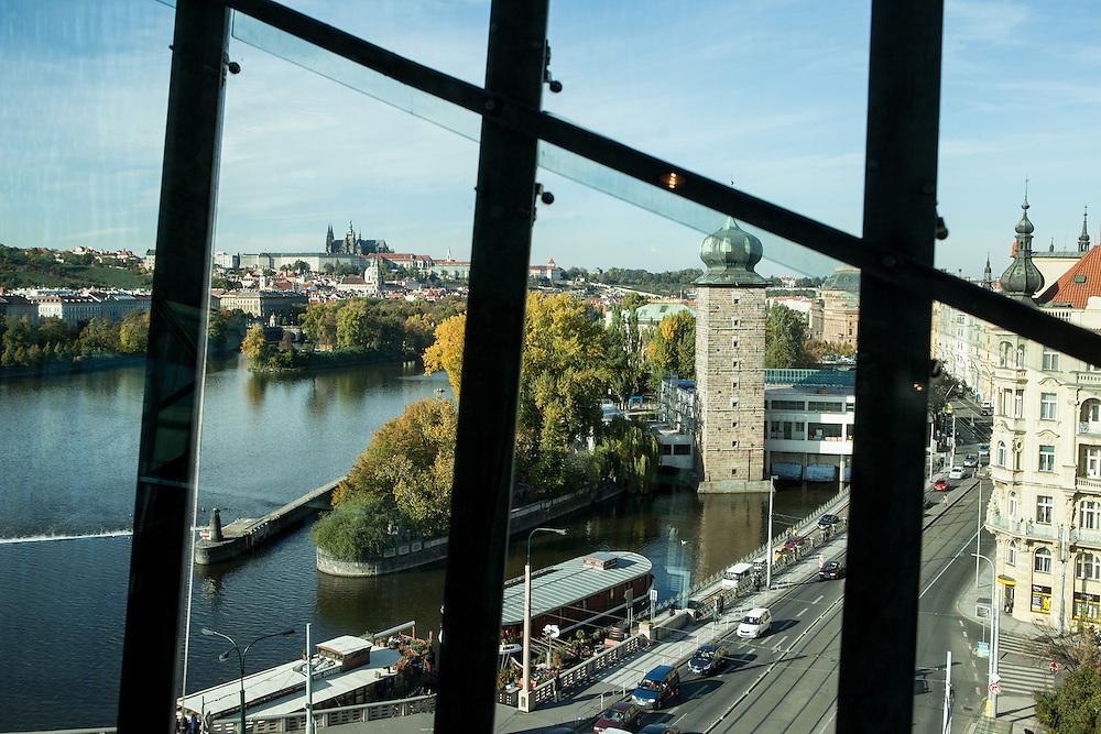 """Blick aus dem  """"tanzenden Haus"""" in Richtung Prager Burg am Moldau Ufer. KEIN PROPERTY RELEASE"""