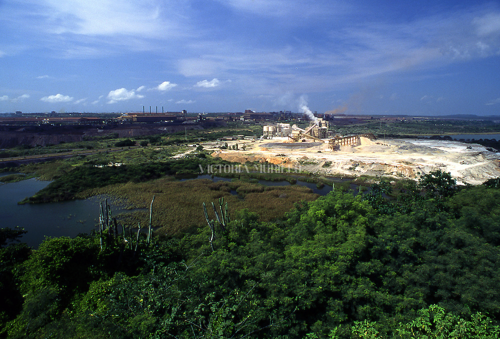 Vista general de la Siderúrgica del Orinoco (Sidor), uno de los complejos más grandes del mundo para la producción de acero y otros derivados del hierro. En el 2008, el presidente Hugo Chávez anunció la estatización de esta empresa.   View of Sidor, an iron and steel  industry. In 2008, the president Hugo Chávez announced the nationalization of this company. (Ramón Lepage/ Orinoquiaphoto) / Istmophoto