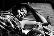 Mozambique reportage om fattigdom, vand, børn, aids og røde kors arbejde. Kvinde med nyfødt barn på hospitalet i Vilanculos.