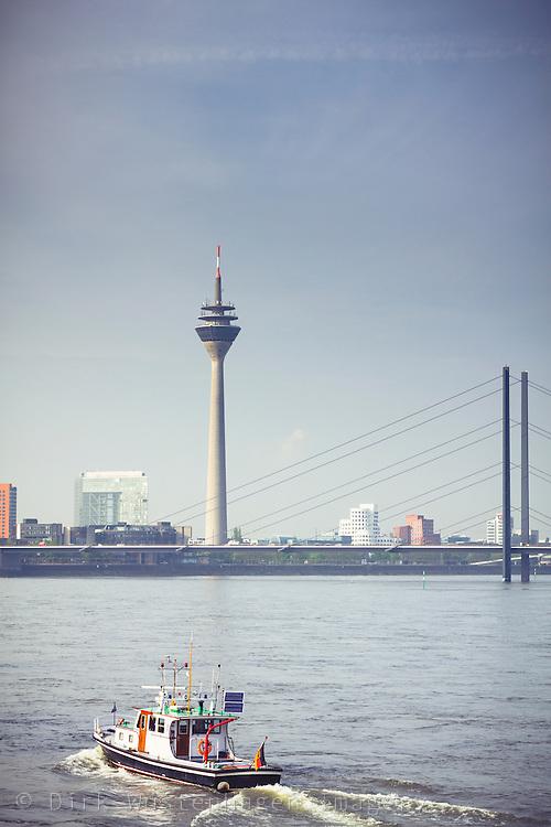 Rhein mit Blick auf Rheinturm und Medienhafen, Düsseldorf, Deutschland