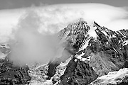 Schwarz-Weiss Bild von der Mónch in die Wolken