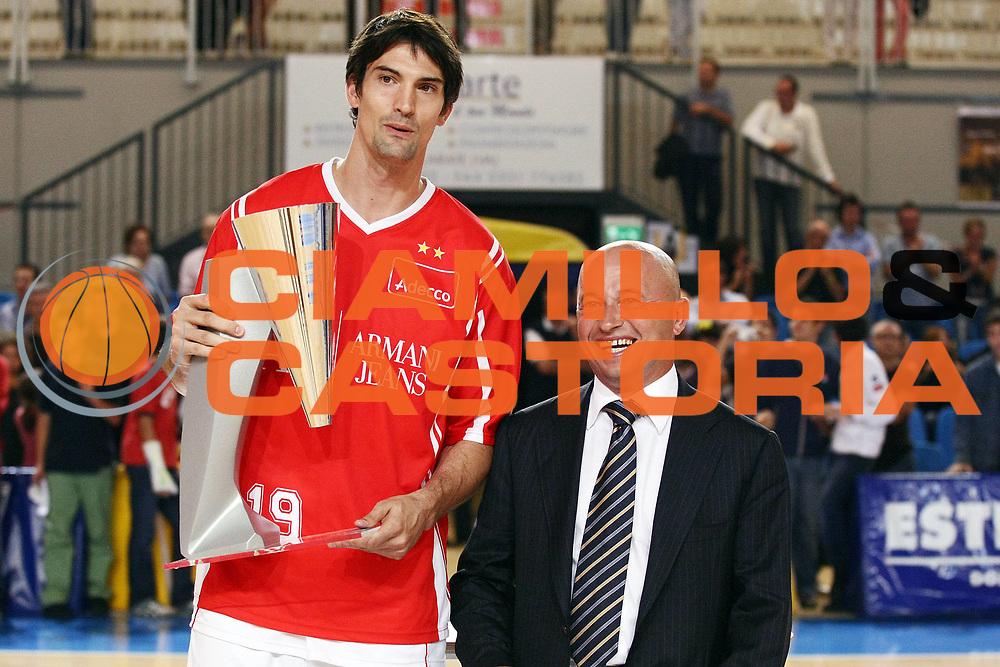 DESCRIZIONE : Castelletto Ticino Lega A 2009-10 Basket Trofeo Nobili Armani Jeans Milano Angelico Biella<br /> GIOCATORE : Joey Beard<br /> SQUADRA : Armani Jeans Milano<br /> EVENTO : Campionato Lega A 2009-2010 <br /> GARA : Armani Jeans Milano Angelico Biella<br /> DATA : 23/09/2009<br /> CATEGORIA : Ritratto Premiazione<br /> SPORT : Pallacanestro <br /> AUTORE : Agenzia Ciamillo-Castoria/G.Cottini<br /> Galleria : Lega Basket A 2009-2010 <br /> Fotonotizia : Castelletto Ticino Lega A 2009-10 Basket Trofeo Nobili Armani Jeans Milano Angelico Biella<br /> Predefinita :