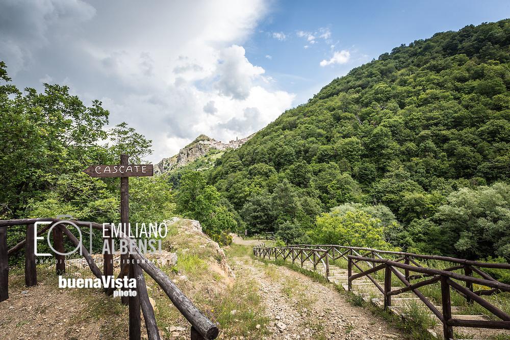 San Fele, Basilicata, Italia, 10/06/2016<br /> Uno dei sentieri che conduce alle cascate di San Fele, chiamate in dialetto &quot;U Uattenniere&quot;, e sullo sfondo il centro abitato di San Fele.<br /> <br /> San Fele, Basilicata, Italy, 10/06/2016<br /> One of the path that leads to the waterfall in San Fele, named &quot;U Uattenniere&quot; in local slang, and on the background the town of San Fele