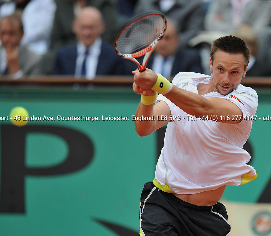 Robin SODERLING (SWE) the men's No 23 in action against Roger FEDERER (SUI) the men's No 2 seed in the French Open 2009 Men's Final<br /> <br /> Roger FEDERER (SUI) Robin SODERLING (SWE) 6-1 7-6 (7-1) 6-4<br /> <br /> Tennis - French Open - Day 15 - Sun 07 Jun 2009 - Roland Garros - Paris - France<br /> <br /> &copy; CameraSport - 43 Linden Ave. Countesthorpe. Leicester. England. LE8 5PG - Tel: +44 (0) 116 277 4147 - admin@camerasport.com - www.camerasport.com