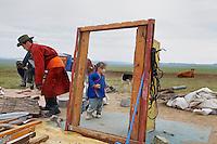 Mongolie. Province de Tov. Demontage d'une yourte. // Mongolia. Tov province. Removal of a yurt.