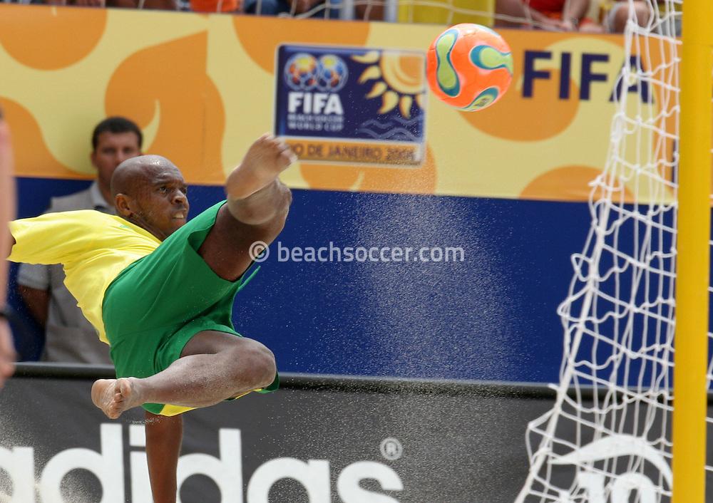 Footbal-FIFA Beach Soccer World Cup 2006 - Final- BRA xURU -Junior Negão  -Rio de Janeiro- Brazil - 12/11/2006.<br />Mandatory Credit: FIFA/Ricardo Ayres