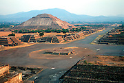 MEXICO, TEOTIHUACÁN Avenue of Dead to Pyramid of the Sun