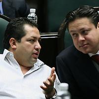 Toluca, Mex.- Los diputados Francisco Vazquez (izq) del PRD y Carlos Cadena (der) del PRI, conversan durante la sesion del Congreso del Estado de Mexico donde se discue el decreto para la aprobacion de la ley de ingresos. Agencia MVT / Mario Vazquez de la Torre. (DIGITAL)<br /> <br /> <br /> <br /> <br /> <br /> <br /> <br /> NO ARCHIVAR - NO ARCHIVE