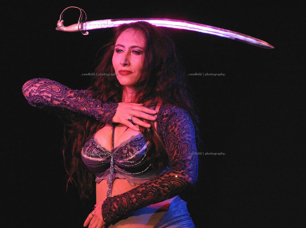Bautaenzerin Raksan balanciert waehrend ihres Tanzes ein Schwert auf dem Kopf. Ein Auftritt auf der Kulturellen Lachparade im niedersaechsischen Waddeweitz.