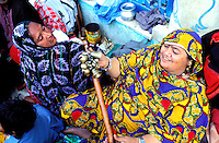 Pakistan - La fête des soufis - Province du Sind - Sehwan e Sharif - Tombe du saint soufi Lal Shabaz Qalandar - Fête de l'aniversaire de sa mort (Urs) - Ces femmes pelerins vont passer la nuit autour de la tombe du Saint // Pakistan, Sind province, Sehwan e Sharif, Sufi saint Lal Shabaz Qalandar shrine, annual Urs festival
