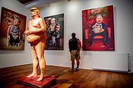 """AMSTERDAM - De sculptuur van een naakte Donald Trump maakt vanaf 1 oktober deel uit van de nieuwe galerie Power of Art House in Amsterdam.  het kunstwerk van de kusntenaar activist art collective Indecline met de naam """"The Emperor Has No Balls, ROBIN UTRECHT"""