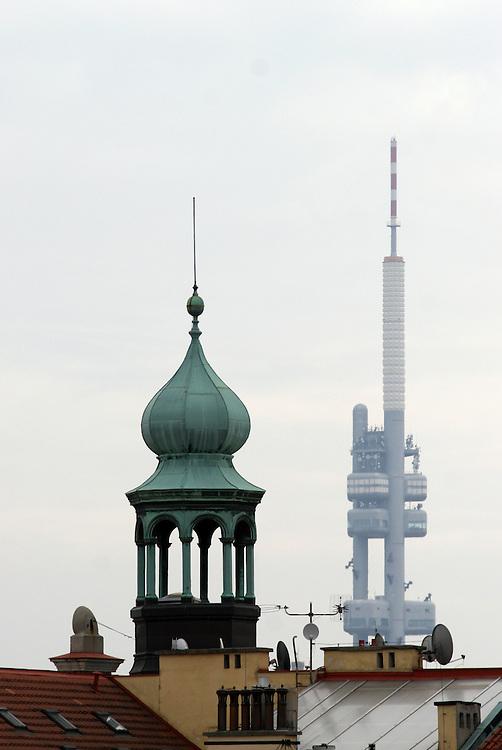 Der 216 Meter hohe Fernsehturm (rechts) im Prager Viertel Zizkov im Kontrast zu einem Turm der Prager Innenstadt.<br /> <br /> The 216 meter high television tower (right) at the Prague quater Zizkov in contrast to a tower standing in the Prague city center.