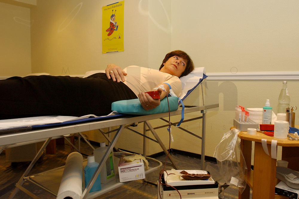 01 DEC 2002, BERLIN/GERMANY:<br /> Ulla Schmidt, SPD, Bundesgesundheitsministerin, nimmtan einer Blutspende Aktion teil, Hotel President<br /> IMAGE: 20021201-01-014<br /> KEYWORDS: spendet Blut, spenden