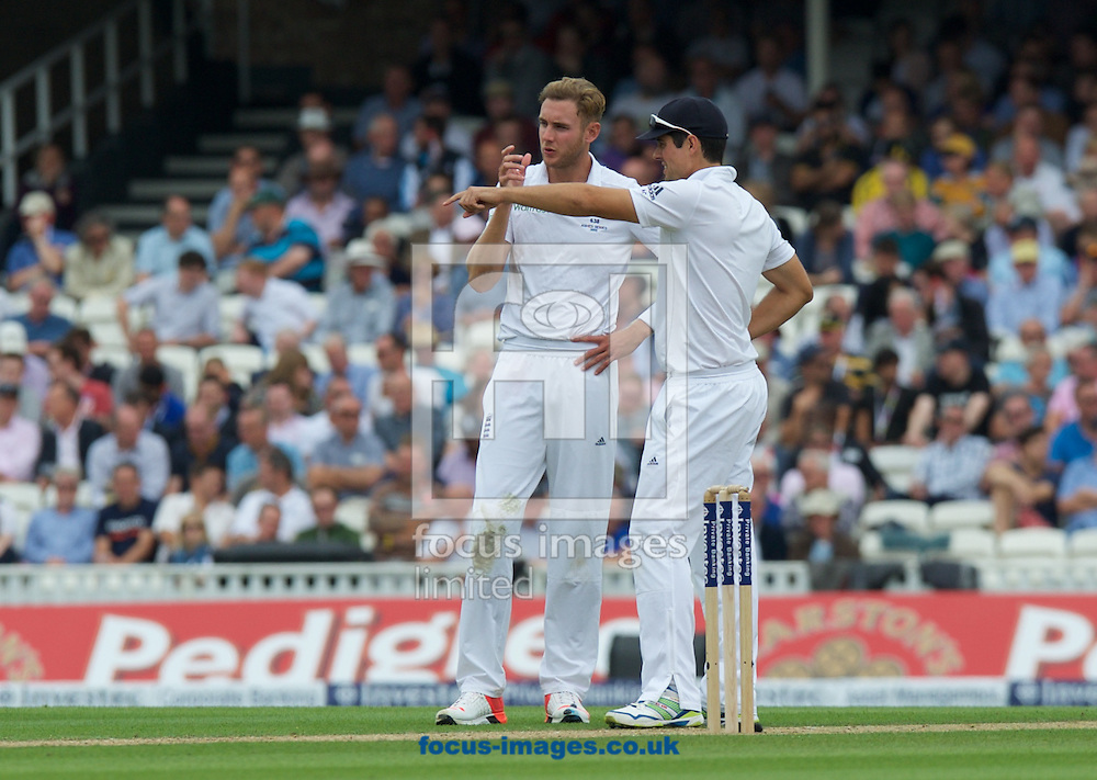 Stuart Broad of England (left) discusses the field positions with Captain Alastair Cook during the 5th Investec Ashes Test Match match at the Kia Oval, London<br /> Picture by Alan Stanford/Focus Images Ltd +44 7915 056117<br /> 20/08/2015