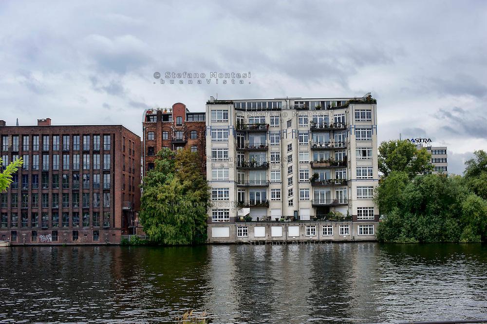 Berlino 16  Settembre 2013<br /> Abitazioni  sul fiume Sprea, nel distretto di Friedrichshain-Kreuzberg.<br /> The house  on the River Spree,  in the district of Friedrichshain-Kreuzberg.