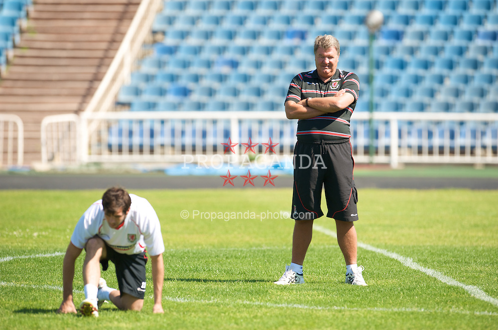 BAKU, AZERBAIJAN - Thursday, June 4, 2009: Wales' manager John Toshack MBE and captain Joe Ledley training at the Tofig Bahramov Stadium ahead of the 2010 FIFA World Cup Qualifying Group 4 match against Azerbaijan. (Pic by David Rawcliffe/Propaganda)