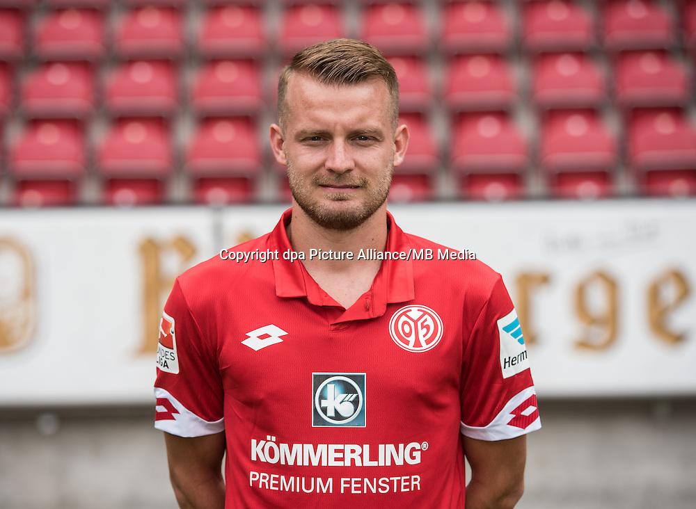 German Bundesliga - Season 2016/17 - Photocall FSV Mainz 05 on 25 July 2016 in Mainz, Germany: Daniel Brosinski (18). Photo: Andreas Arnold/dpa   usage worldwide