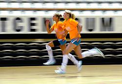 10-05-2011 VOLLEYBAL: TRAINING ORANJE VOLLEYBALVROUWEN: ALMERE<br /> De volleybalsters bereiden zich in Almere voor op nieuwe seizoen / (L-R) Maret Grothues en Laura Dijkema<br /> ©2011-FotoHoogendoorn.nl