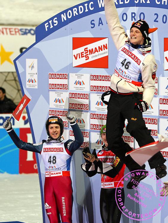 GEPA-0303076051 - SAPPORO,JAPAN,03.MAR.07 - SKI NORDISCH, SKISPRINGEN - FIS Nordische Ski Weltmeisterschaft 2007 in Sapporo, Einzelspringen Kleinschanze, Siegerehrung. Bild zeigt den Jubel von Simon Ammann (SUI), Adam Malysz (POL) und Thomas Morgenstern (AUT). Foto: GEPA pictures/ Philipp Schalber.FOT. GEPA / WROFOTO.*** POLAND ONLY !!! ***.*** NO INTERNET/ MOBILE USAGE !!! ***