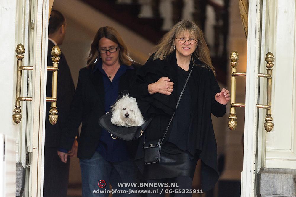 NLD/Amsterdam/201306010- Barbra Streisand verlaat hotel voor haar laatste concert in Nederland,