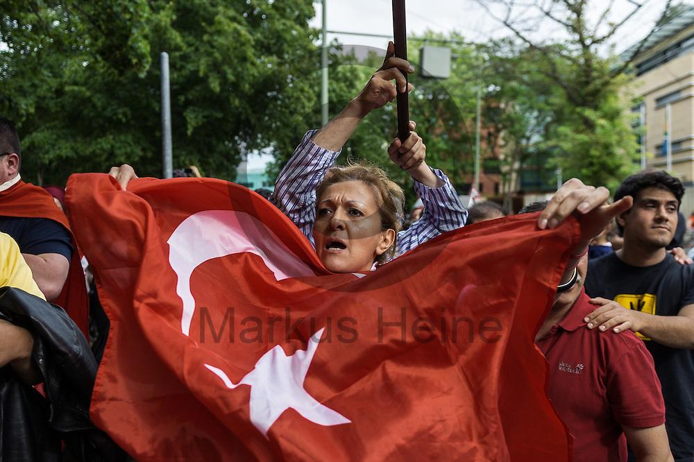Eine Frau schwenkt waehrend der demonstration gegen den Putschversuch in der Tuerkei am 16.07.2016 vor der tuerkischen Botschaft in Berlin, Deutschland eine eine Tuerkeifahne. Mehrere 100 Menschen demonstrierten vor der tuerkischen Botschaft gegen den versuchten Militaerputsch in der Tuerkei bei dem knapp 200 Menschen get&ouml;tet wurden. Foto: Markus Heine / heineimaging<br /> <br /> ------------------------------<br /> <br /> Ver&ouml;ffentlichung nur mit Fotografennennung, sowie gegen Honorar und Belegexemplar.<br /> <br /> Bankverbindung:<br /> IBAN: DE65660908000004437497<br /> BIC CODE: GENODE61BBB<br /> Badische Beamten Bank Karlsruhe<br /> <br /> USt-IdNr: DE291853306<br /> <br /> Please note:<br /> All rights reserved! Don't publish without copyright!<br /> <br /> Stand: 07.2016<br /> <br /> ------------------------------