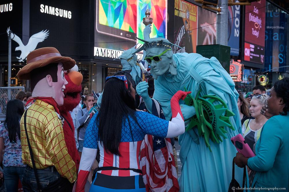 Mit der steigenden Zahl der Strassenkünstler nimmt auch der Konkurrenzkampf zu. Obwohl die Superhelden wissen, dass sie bessere Geschäfte machen, wenn sie miteinander statt gegeneinander arbeiten, lassen sich Streitereien nicht vermeiden.