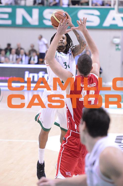 DESCRIZIONE : Siena Lega A 2012-13 Montepaschi Siena Scavolini Banca Marche Pesaro<br /> GIOCATORE : David Moss <br /> CATEGORIA : tiro<br /> SQUADRA : Montepaschi Siena<br /> EVENTO : Campionato Lega A 2012-2013 <br /> GARA : Montepaschi Siena Scavolini Banca Marche Pesaro<br /> DATA : 21/10/2012<br /> SPORT : Pallacanestro <br /> AUTORE : Agenzia Ciamillo-Castoria/GiulioCiamillo<br /> Galleria : Lega Basket A 2012-2013  <br /> Fotonotizia :  Siena Lega A 2012-13 Montepaschi Siena Scavolini Banca Marche Pesaro<br /> Predefinita :