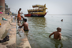 May 18, 2019 - Varanasi, India - On 17 May 2019, Indian men bathe themselves in the Ganges River, which is considered to be holy in the Hindu religion. Photo taken in the city of Varanasi, India. (Credit Image: © Diego Cupolo/NurPhoto via ZUMA Press)