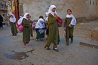 Yemen, Sanna, souk de la vielle ville classée au patrimoine mondiale de l'Unesco. Ecoliere. // Yemen, Sanaa, Old Town, Unesco World Heritage. School girl.