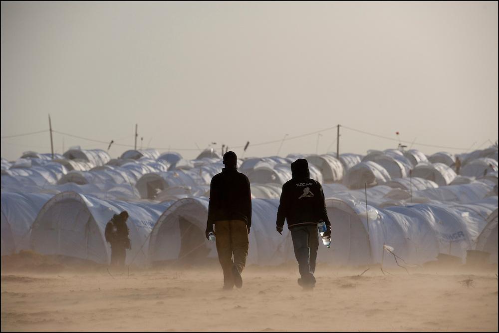 """Des réfugiés en transit dans le camp militaire et humanitaire """"Shusha""""  à quelques kilomètres du poste frontière de Ras Jedir. Plus de 140 000 réfugiés ont déjà quitté la Libye par la Tunisie ou l'Egypte et des milliers continuent d'arriver chaque jours. Jeudi 3 Mars 2011, Ras Jedir, Tunisie.© Benjamin Girette/IP3 press"""