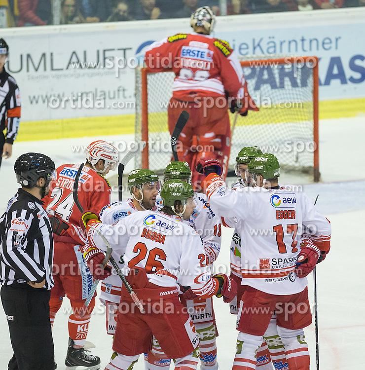 27.09.2015, Stadthalle, Klagenfurt, AUT, EBEL, EC KAC vs HCB Suedtirol, im Bild das 2:1 durch Broda Joel (HCB Suedtirol #26), Egger Alexander (HCB Suedtirol #17), Vause Taylor (HCB Suedtirol #19) // during the Erste Bank Eishockey League match betweeen EC KAC and HCB Suedtirol at the City Hall in Klagenfurt, Austria on 2015/09/27. EXPA Pictures © 2015, PhotoCredit: EXPA/ Gert Steinthaler