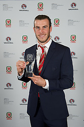 CARDIFF, WALES - Monday, October 5, 2015: Wales' Gareth Bale with the Men's Players' Player Award during the FAW Awards Dinner at Cardiff City Hall. (Pic by David Rawcliffe/Propaganda)
