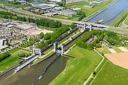 Nederland, Gelderland, Tiel, 13-05-2019; Prins Bernhard Sluis, Amsterdam-Rijnkanaal. Infrastructuur bundel met A15 en Betuweroute.<br /> Amsterdam-Rhine channel with locks.<br /> luchtfoto (toeslag op standard tarieven);<br /> aerial photo (additional fee required);<br /> copyright foto/photo Siebe Swart