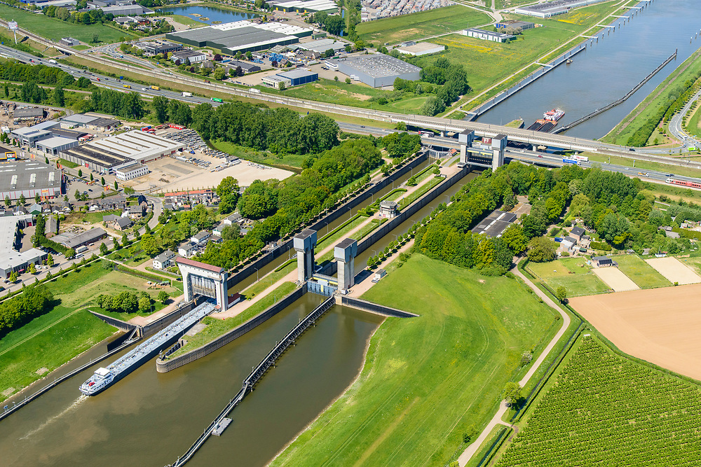 Nederland, Gelderland, Tiel, 13-05-2019; Prins Bernhard Sluis, Amsterdam-Rijnkanaal. Infrastructuur bundel met A15 en Betuweroute.<br /> Amsterdam-Rhine channel with locks.<br /> luchtfoto (toeslag op standard tarieven);<br /> aerial photo (additional fee required);<br /> copyright foto/photo Siebe Swart